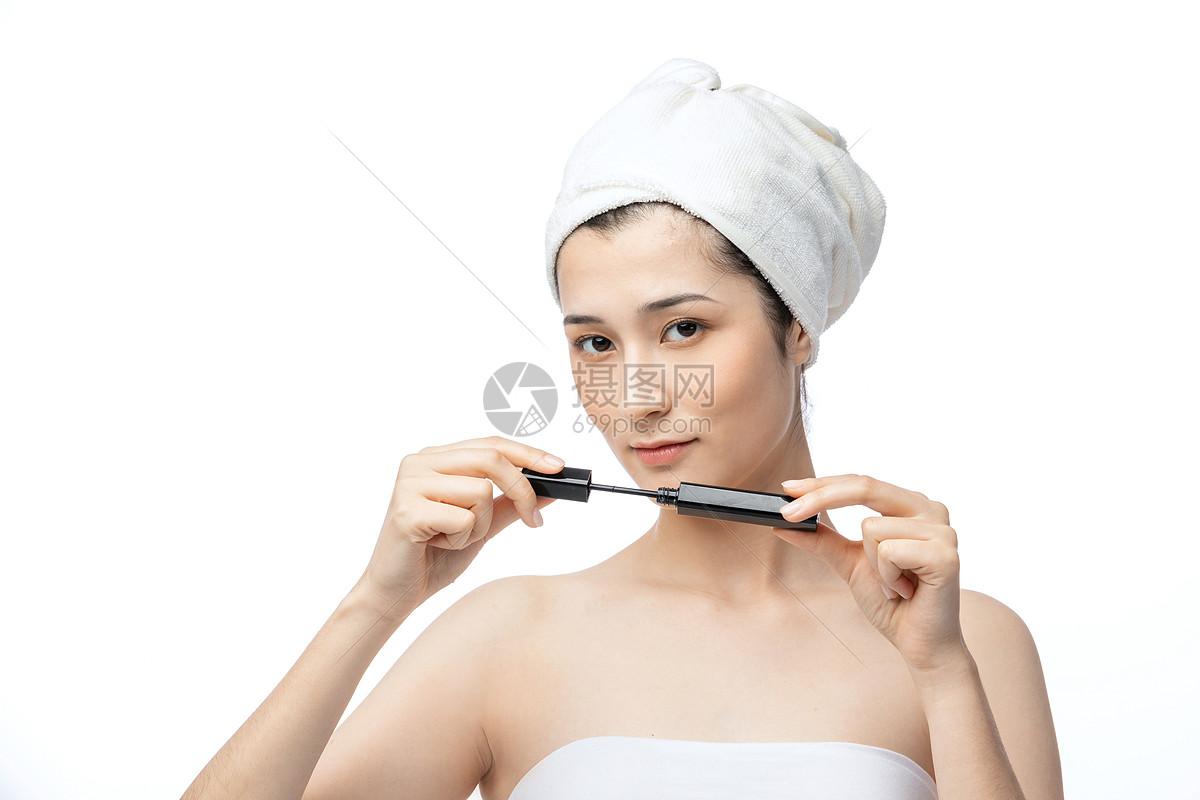 女性化妆刷睫毛膏图片
