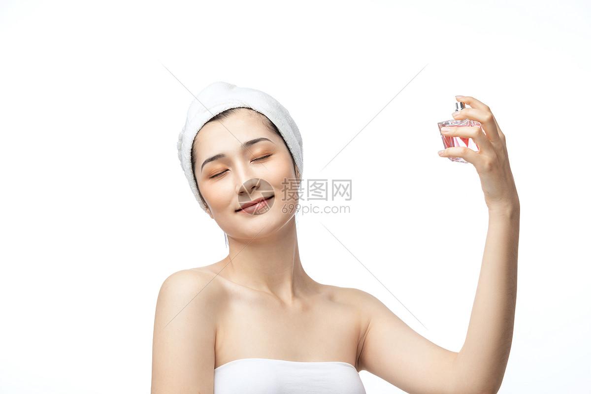 美女喷香水图片