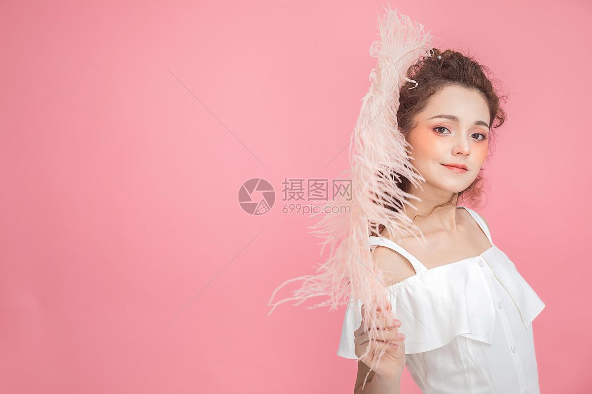 美妆少女拿羽毛图片