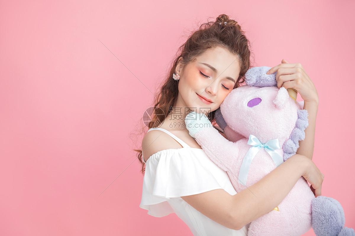 美妆少女抱玩偶图片