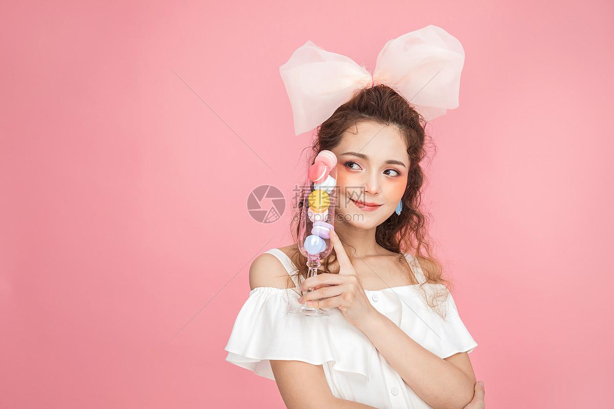 美妆少女手拿马卡龙图片