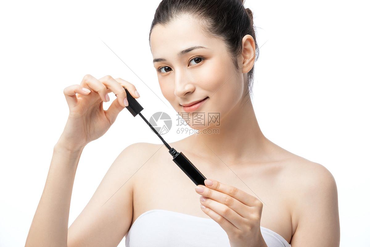 女性刷睫毛膏图片