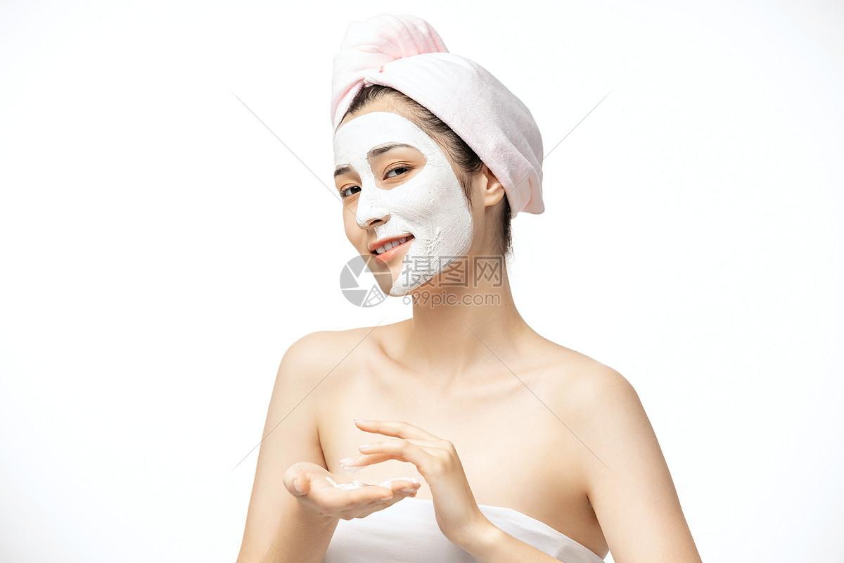 女性涂面膜图片