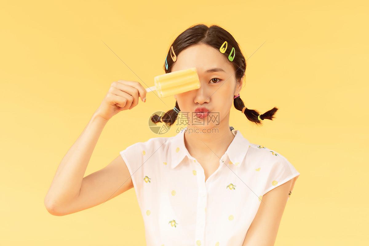 夏日美女吃冰棒图片