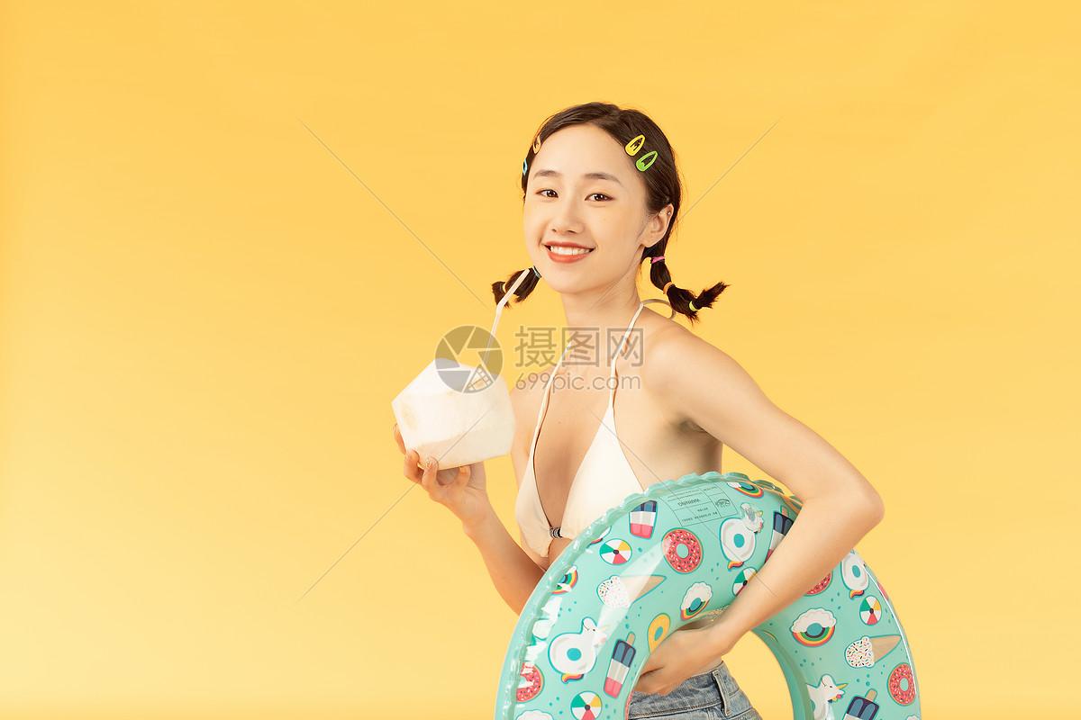 夏日美女喝椰子图片