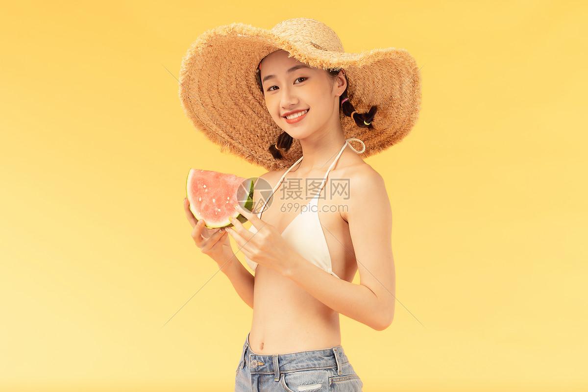 夏日美女吃西瓜图片