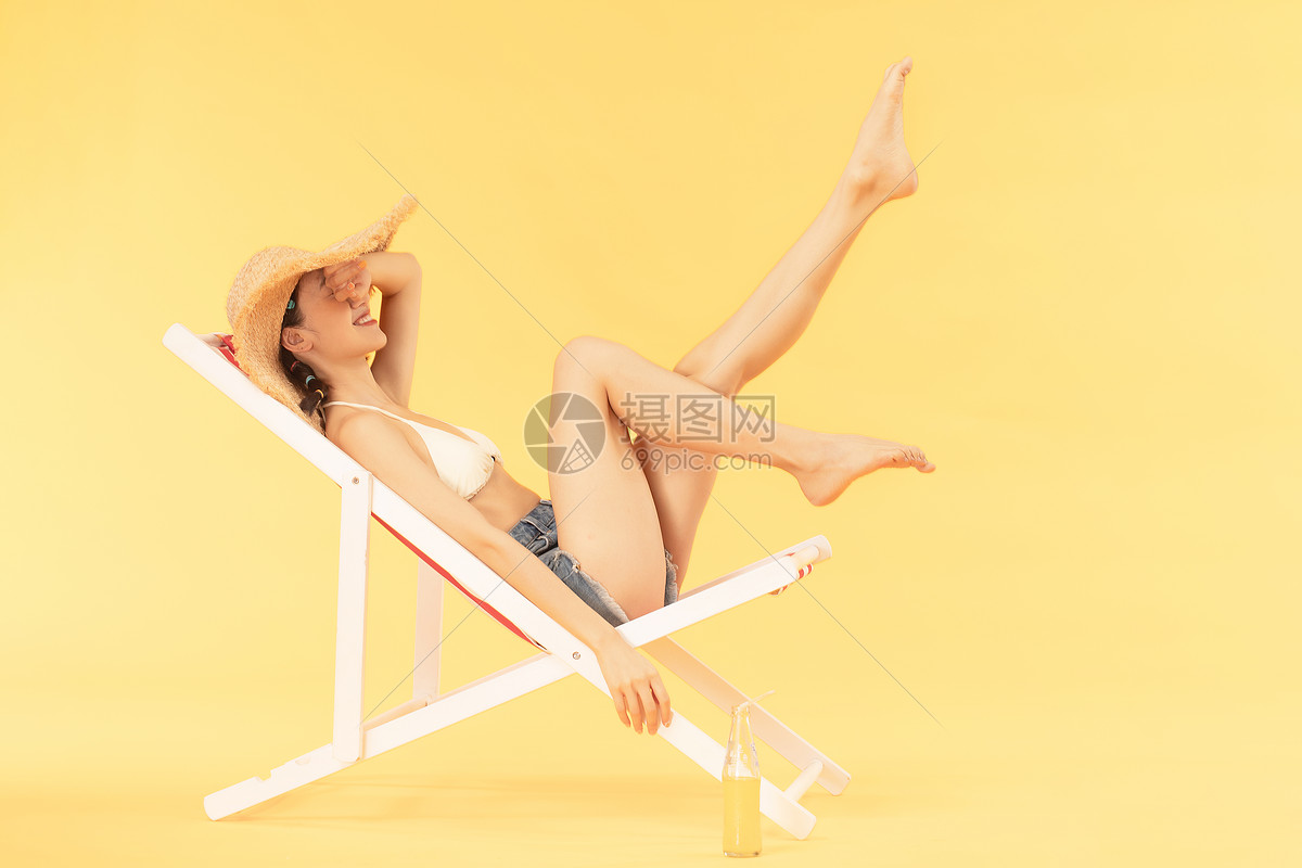青年女子沙滩椅乘凉 图片