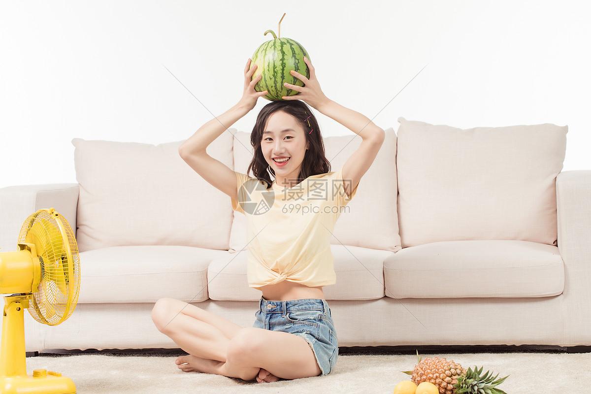 青年女子客厅吃西瓜图片