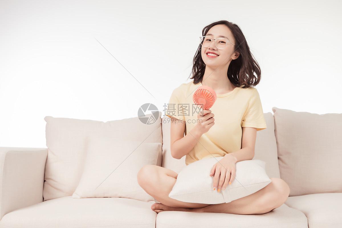 青年女子客厅吹风扇图片
