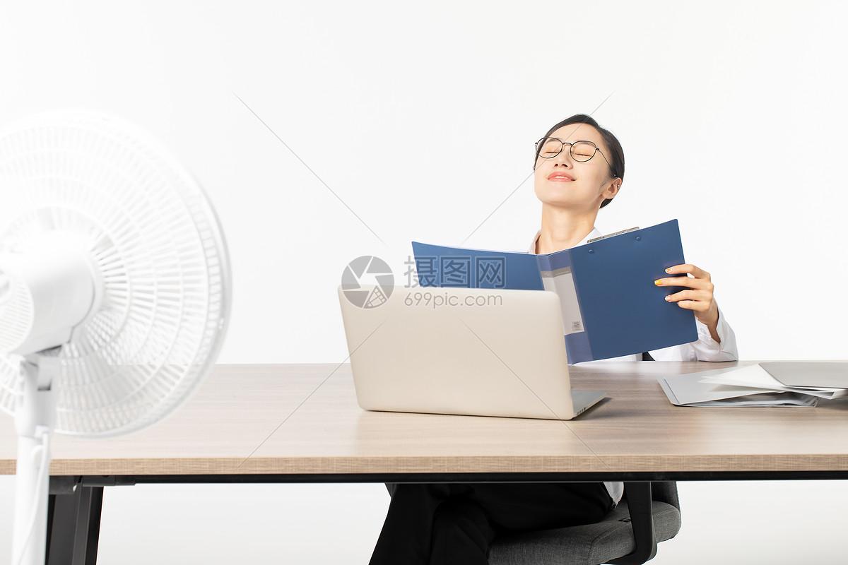 职场女性办公室乘凉图片