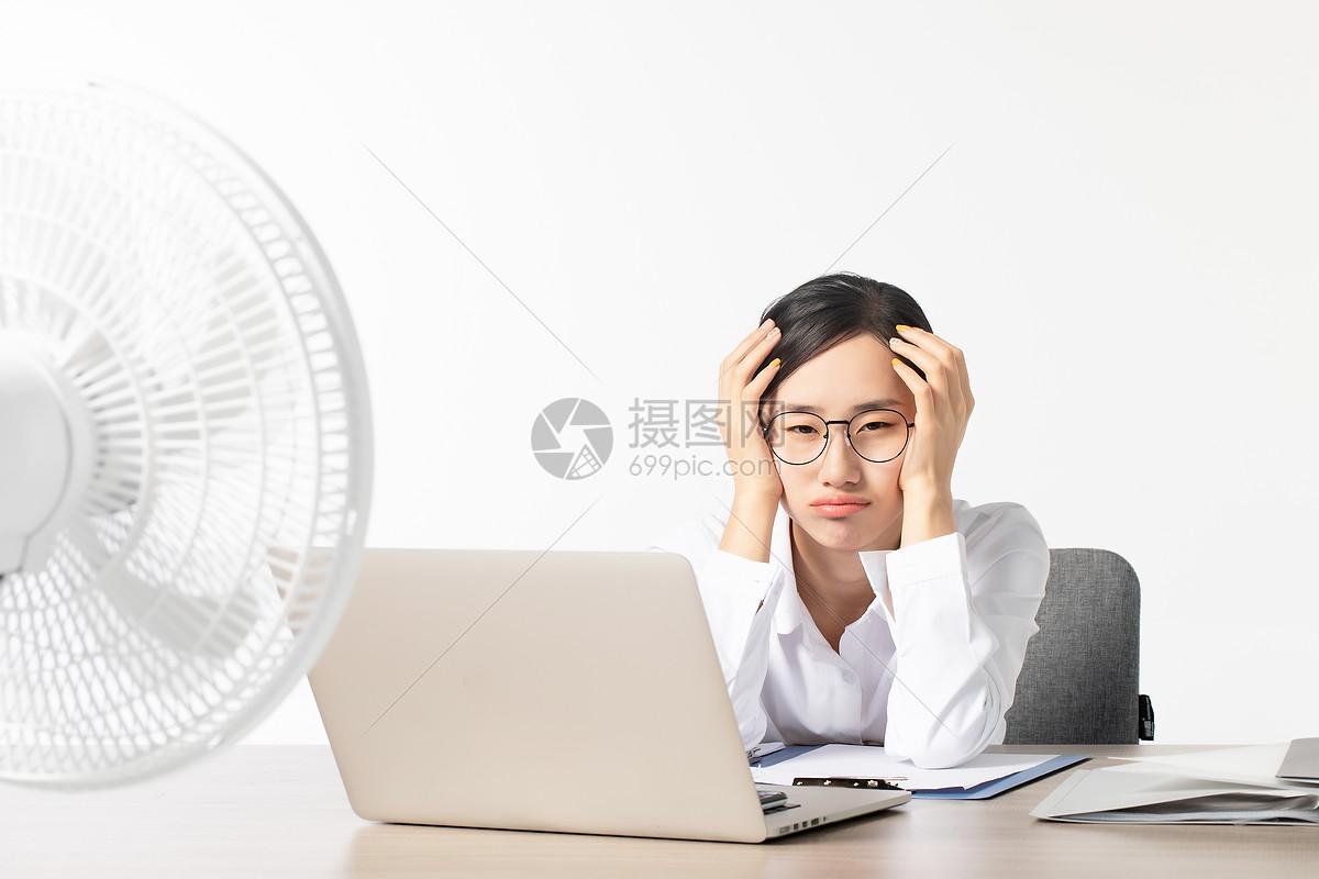 职场女性办公室降温图片