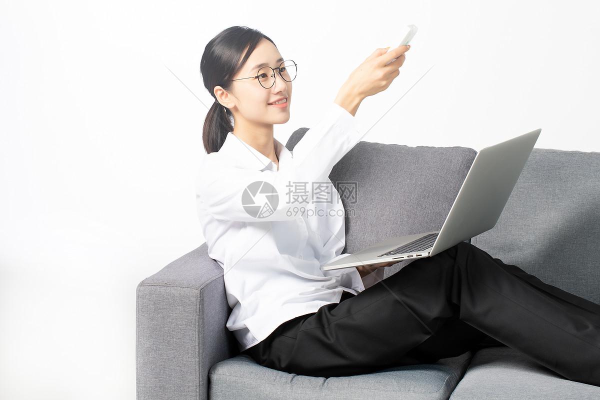 青年女子客厅乘凉图片