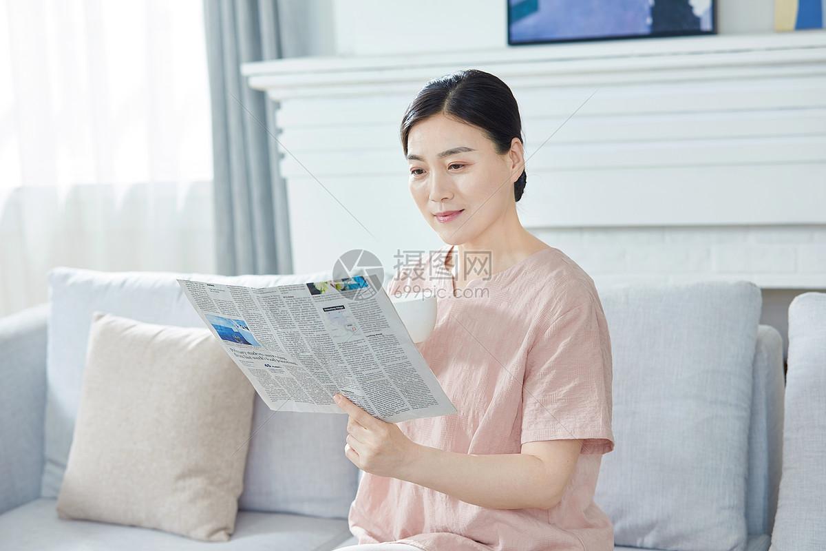 中年女性在家看报纸图片
