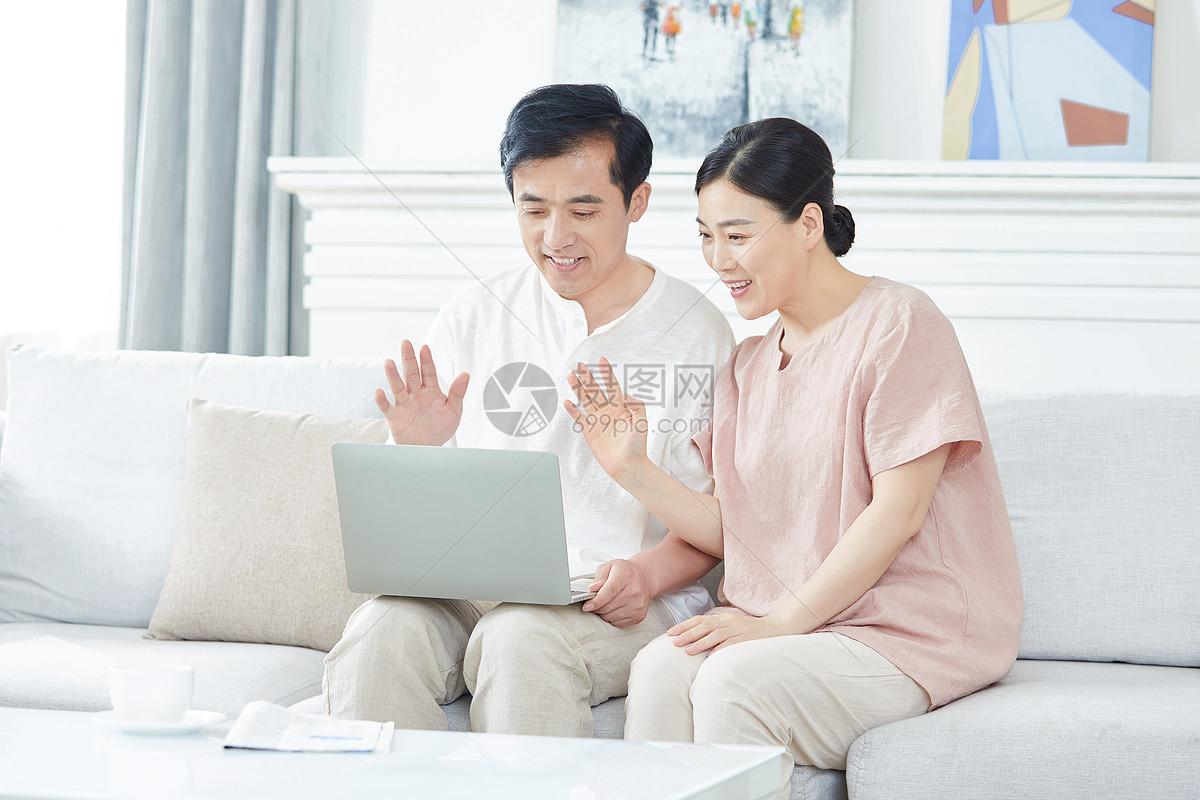 中年夫妇使用笔记本电脑视频聊天图片