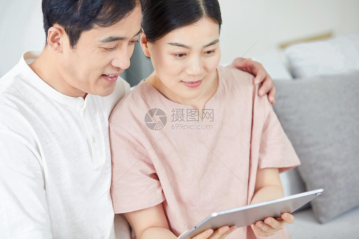 中年夫妻使用平板电脑图片