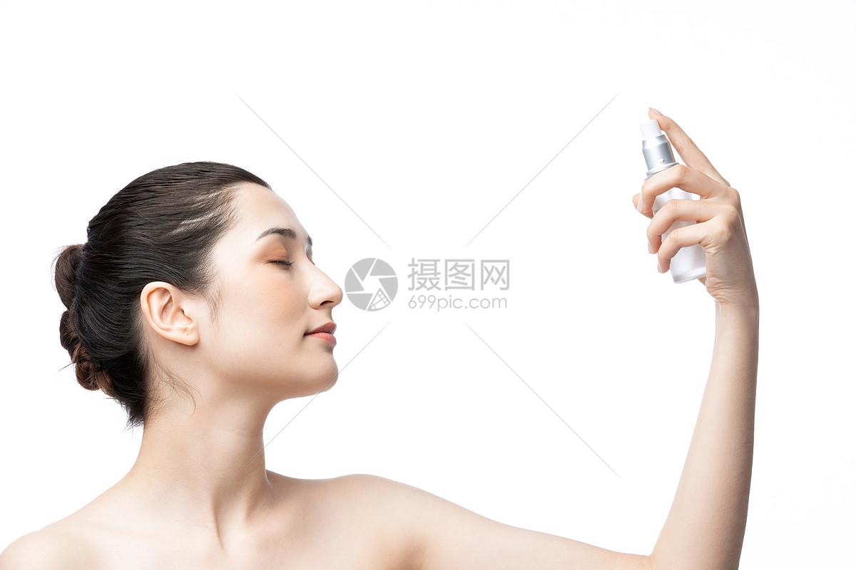 女性喷爽肤水图片
