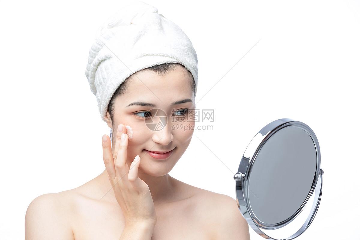 女性涂面霜图片
