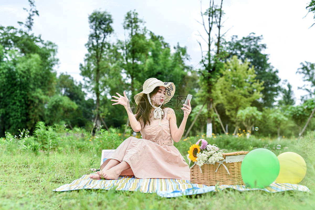坐在草地视频直播的女生图片