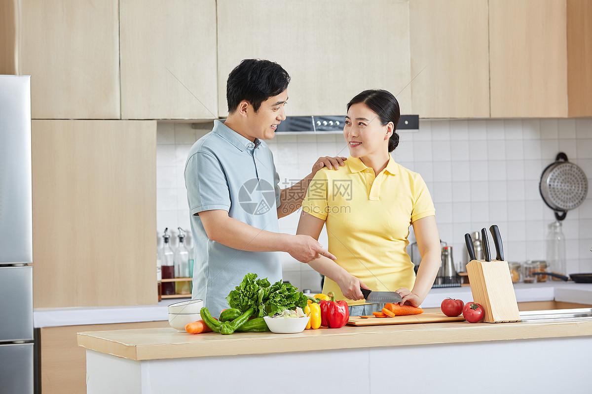 中年夫妻厨房做菜图片