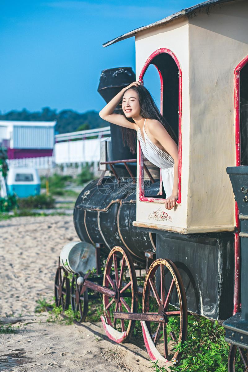 火车旅行美女图片