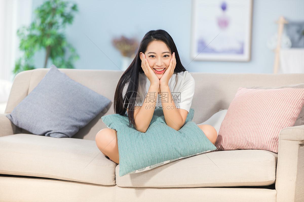 女性坐在沙发上开心笑着图片