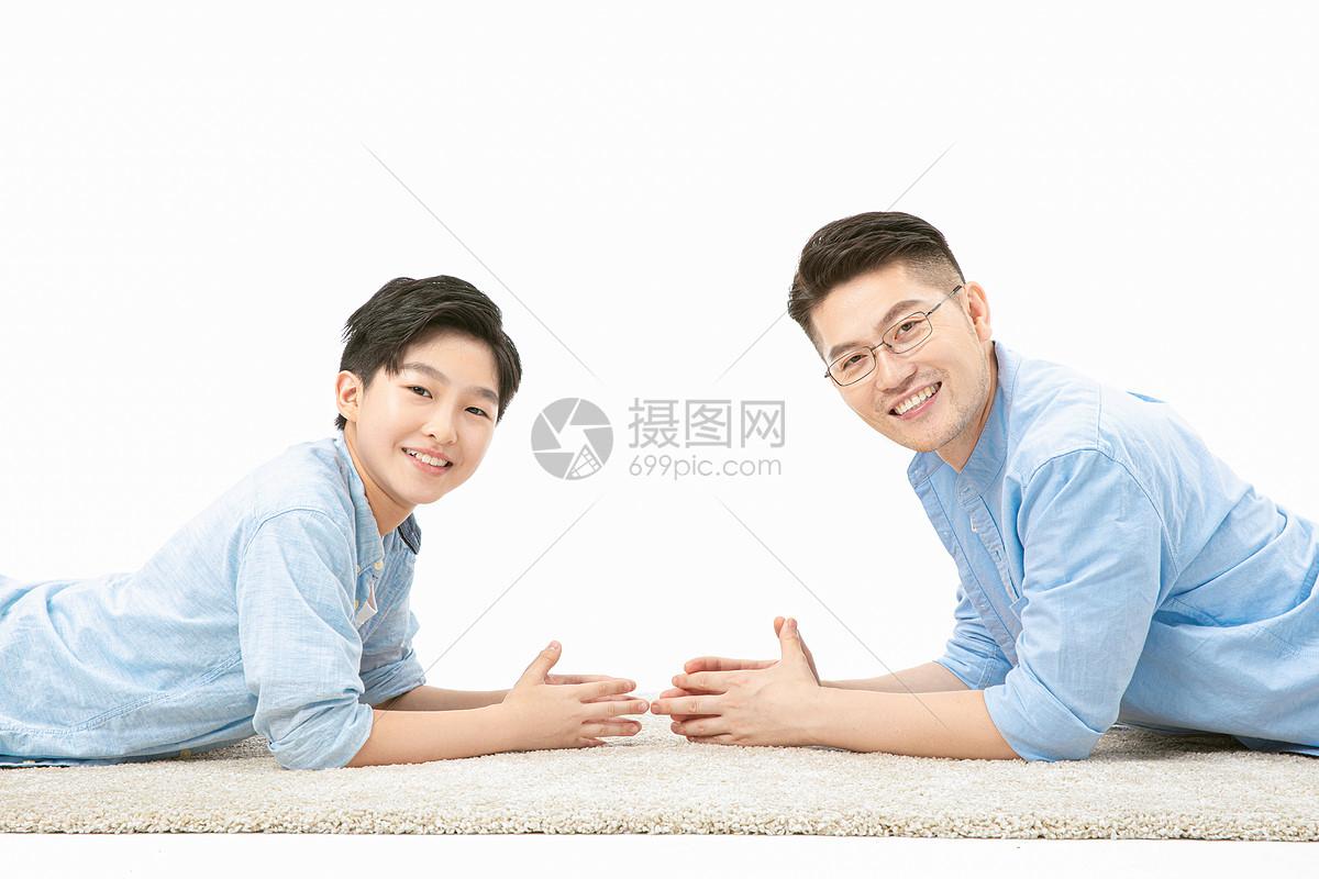 父子一起在地毯上图片