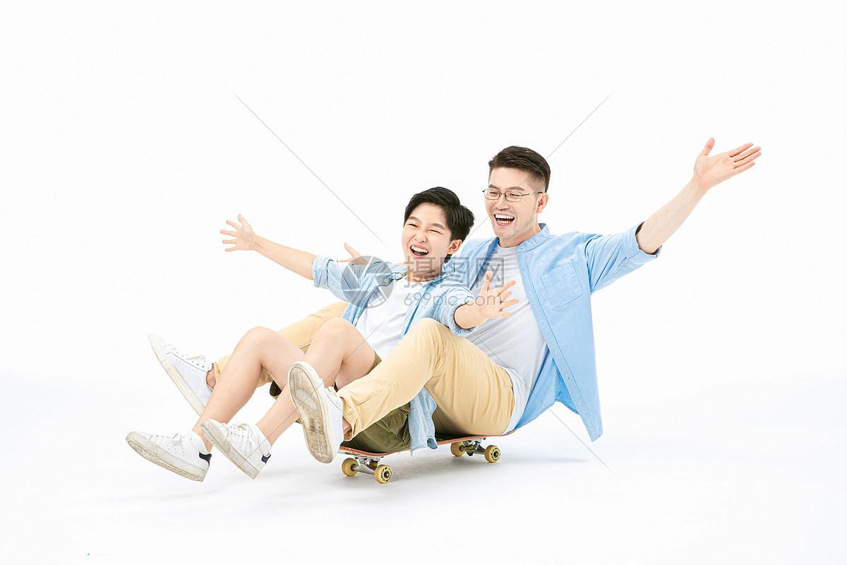 父子一起玩滑板图片