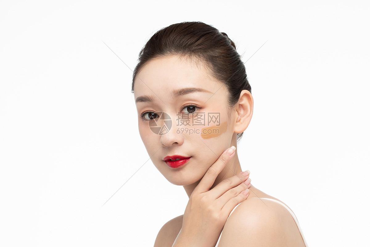 女性美妆粉底液图片