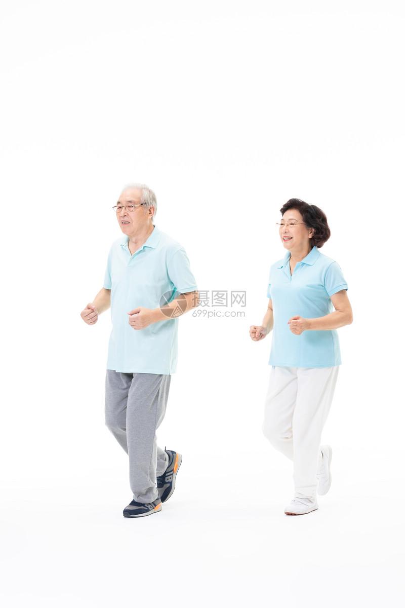 老年夫妇一起跑步图片