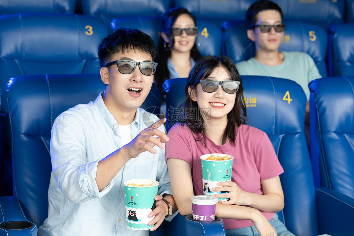 年轻情侣在影院看3D电影图片