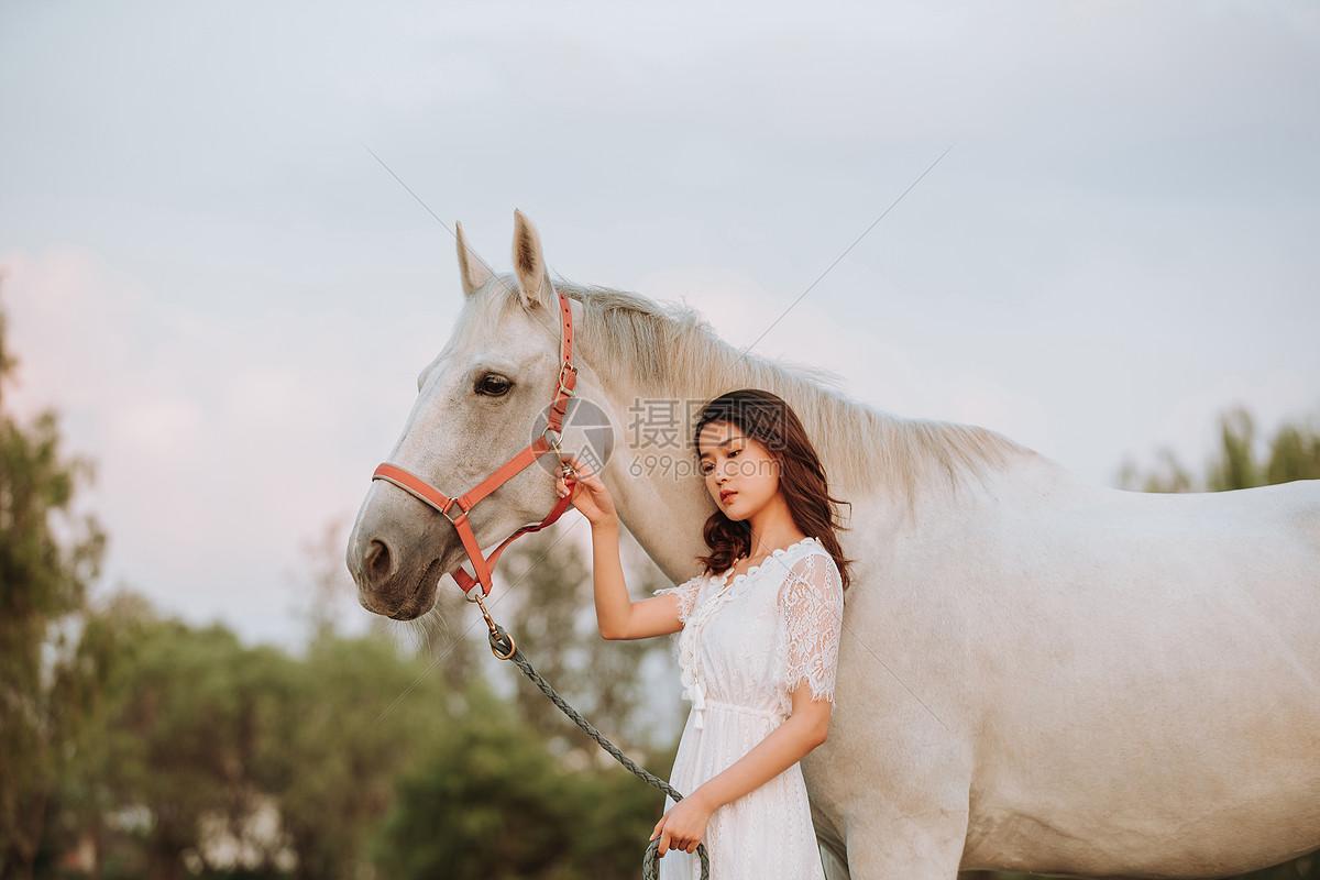年轻女性与白马图片