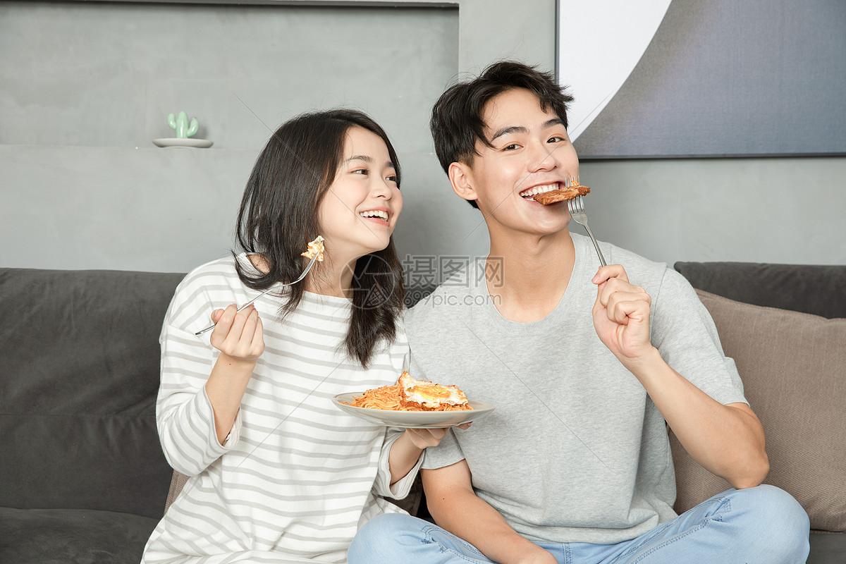 可爱夫妻居家生活吃早餐图片