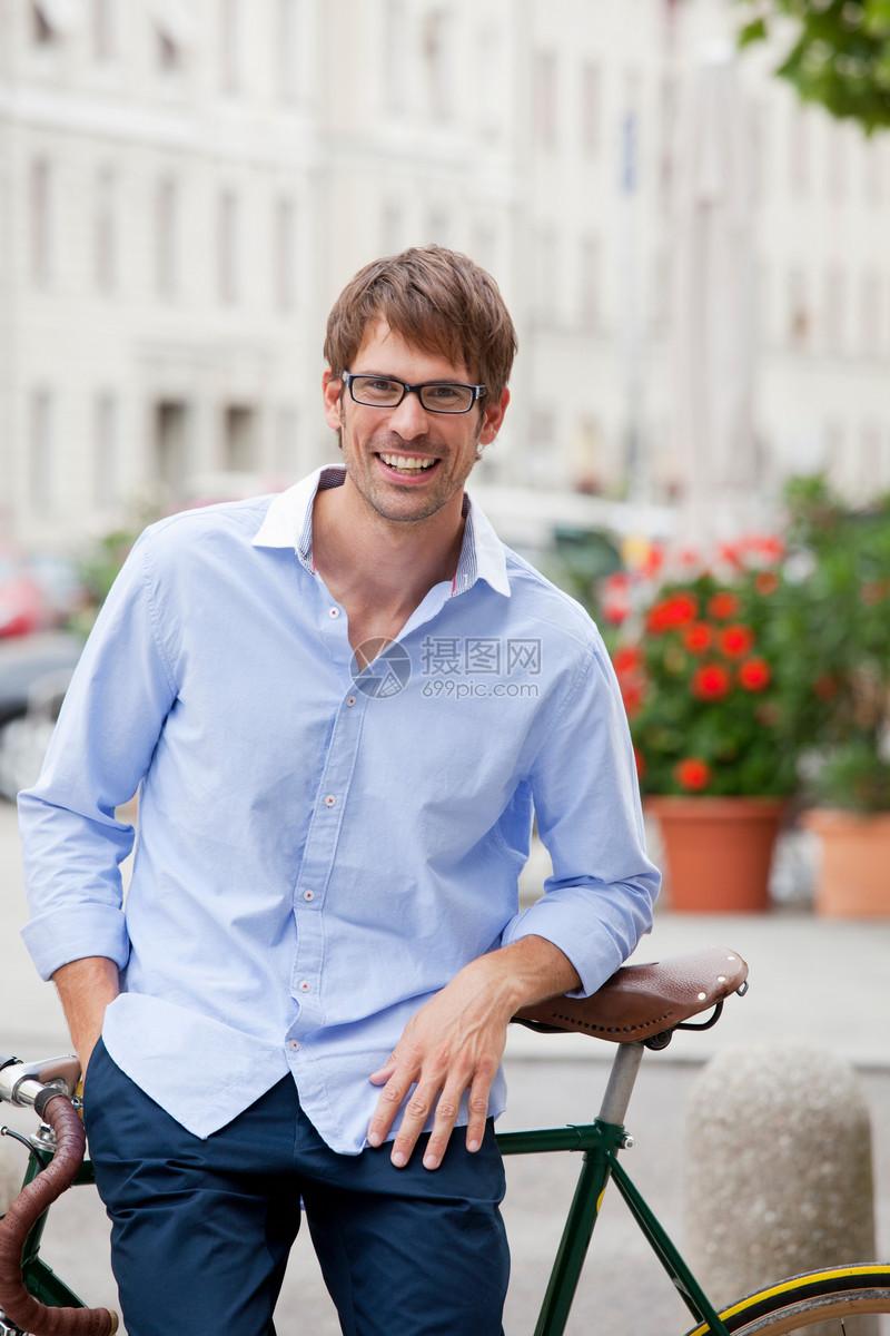 在城市街道上骑自行车的人图片