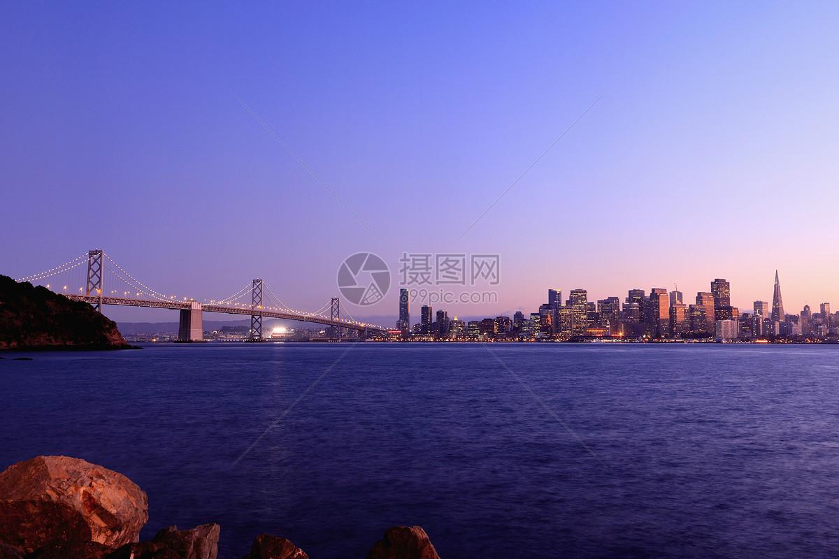 城市天际线与河桥图片