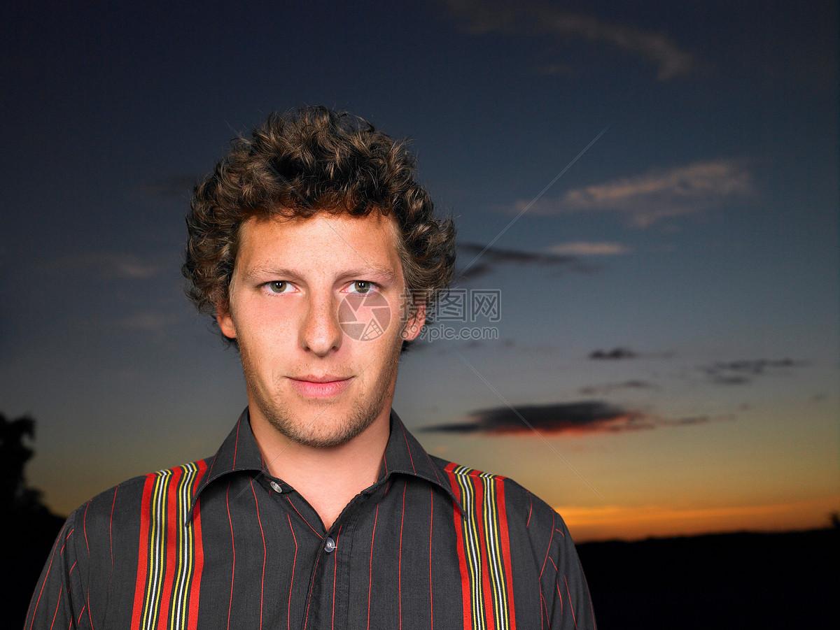日落下的男人图片