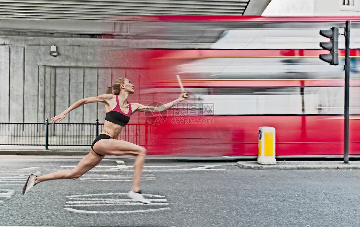 运动员在城市街道接力跑图片