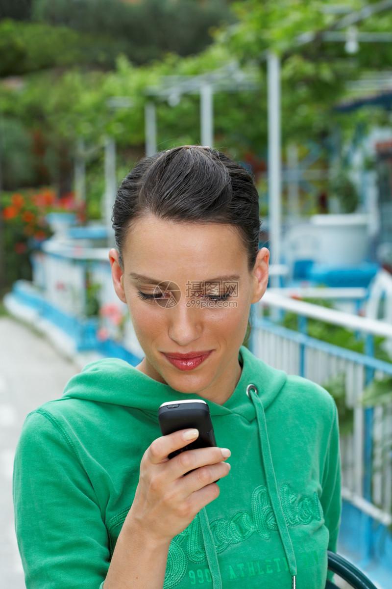 看手机的年轻女人图片