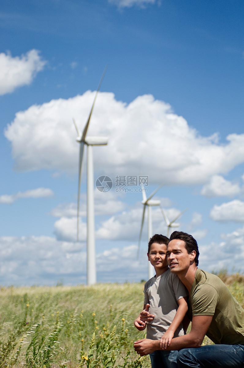 电力风车下的父子图片