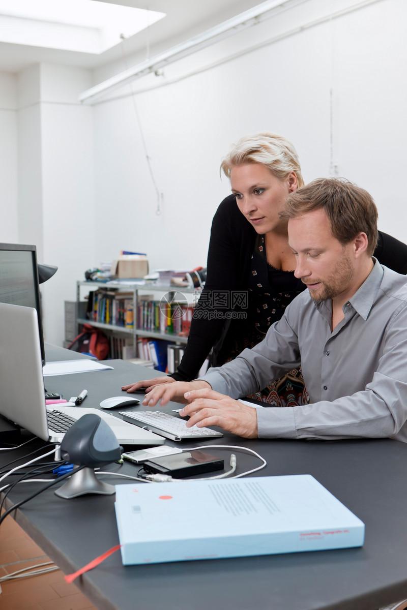 Web设计团队讨论工作图片