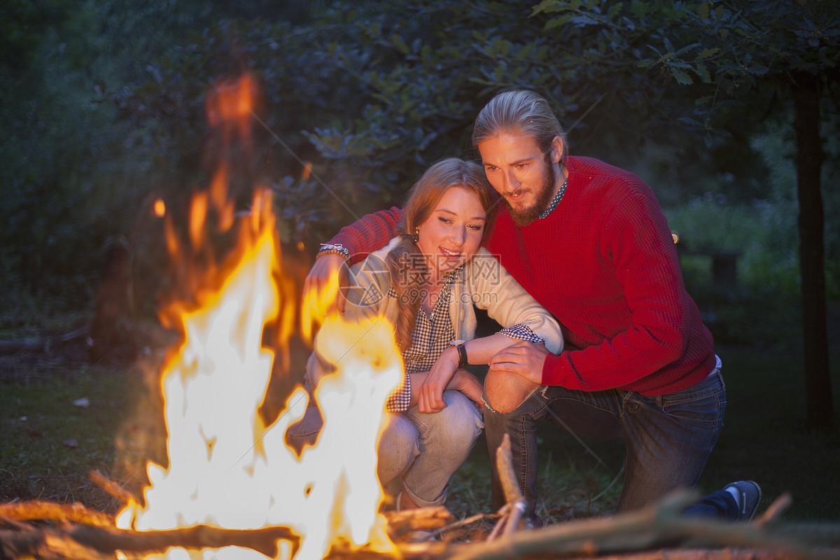 看着营火燃烧的夫妇图片