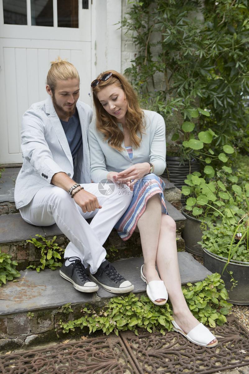 在花园里放松的夫妇图片
