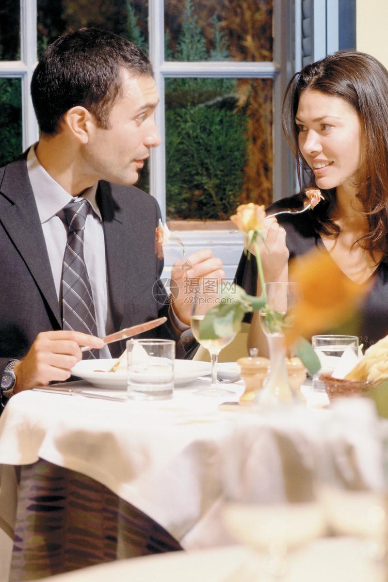 夫妇在外面吃饭图片