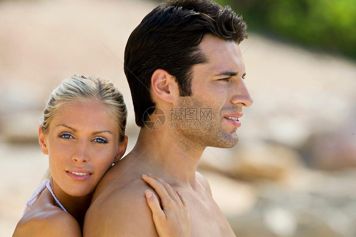在海滩上拥抱的一对夫妇图片