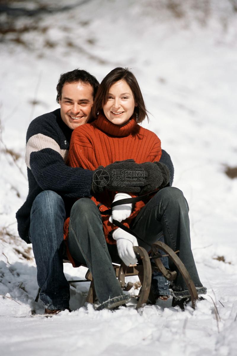 一对夫妇坐在雪橇上图片