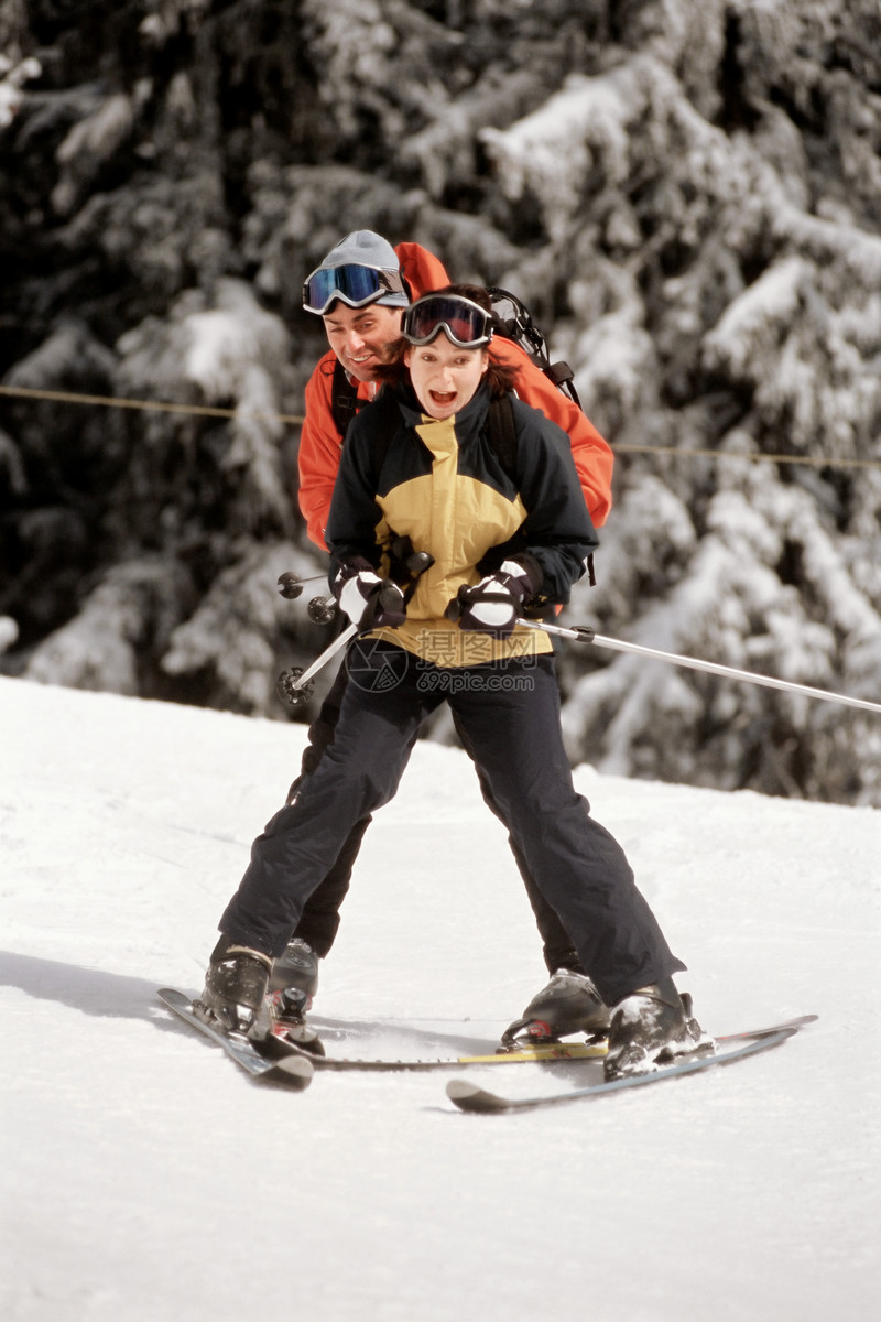 正在滑雪的夫妇图片