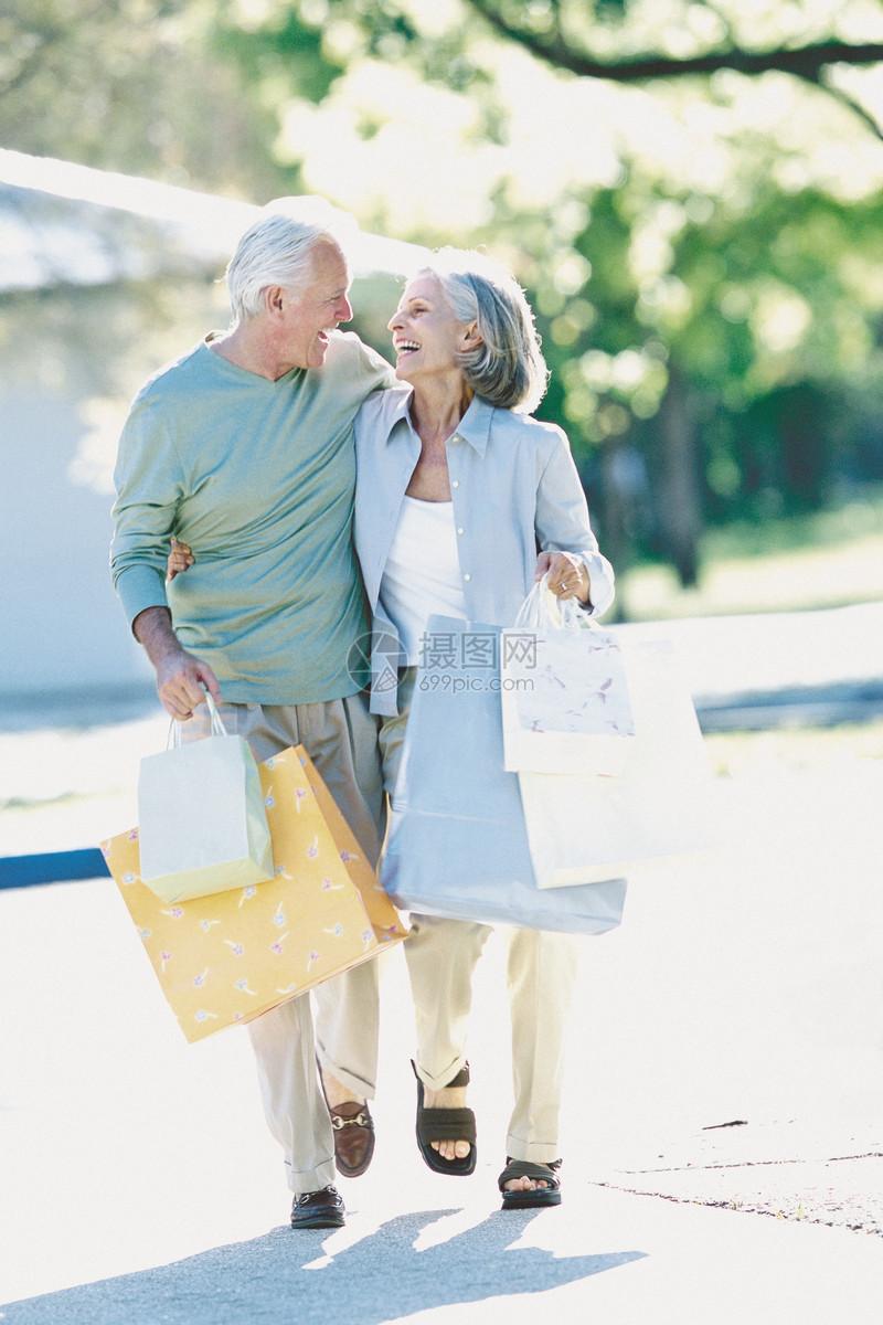 一对夫妇提着购物袋图片